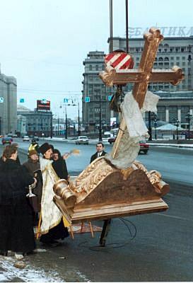 2002 год. Над аттиком храма восстановлен в исторических формах литой бронзовый крест. Освящение нового креста