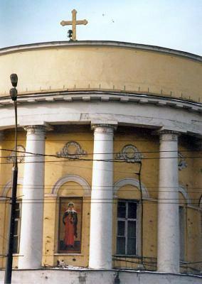 1998 год. По благословению Святейшего Патриарха Московского и всея Руси Алексия II освящена наружная мозаичная икона св. мц. Татианы на фронтоне храма