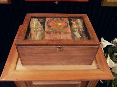 1996 год - частица мощей святителя Филарета Московского была передана в храм студентами Московской Духовной Академии и семинарии, участвовавшими в обретении этих мощей в Троице-Сергиевой Лавре