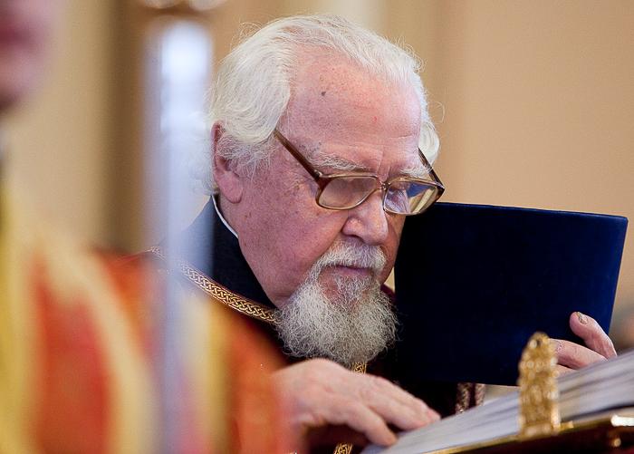 Чтение Евангелия. Архидиакон Андрей Мазур