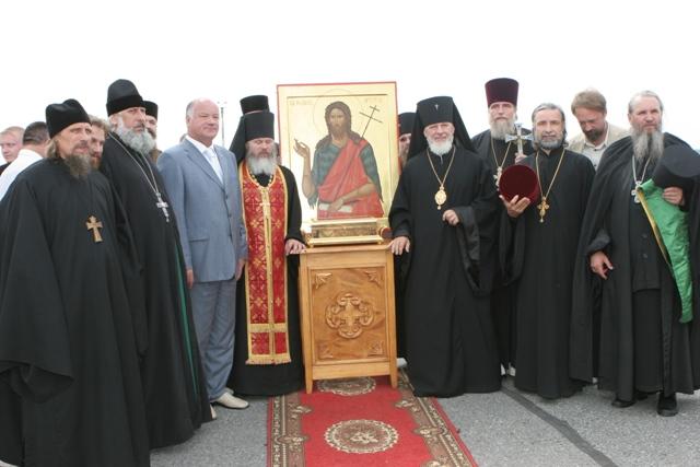Духовенство Самарской и Сызранской епархии провожает ковчег с десницей Иоанна Крестителя