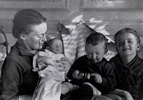 Елизавета Пиленко с детьми - Настей, Юрой, Гаяной. Сербия 1922 г.