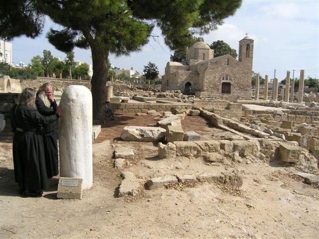 Русские монахи у колонны бичевания апостола Павла в Пафосе