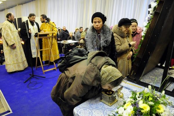 Перед святыней постоянно совершались молебны