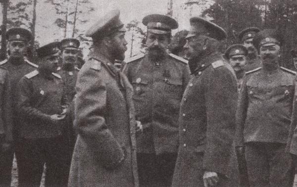 Государь принимает рапорт генерала Н.В. Рузского