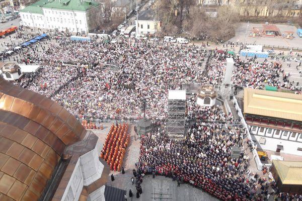 На молебен к храму Христа Спасителя люди стали собираться заранее. За полтора часа до начала на площади перед собором буквально яблоку негде было упасть.