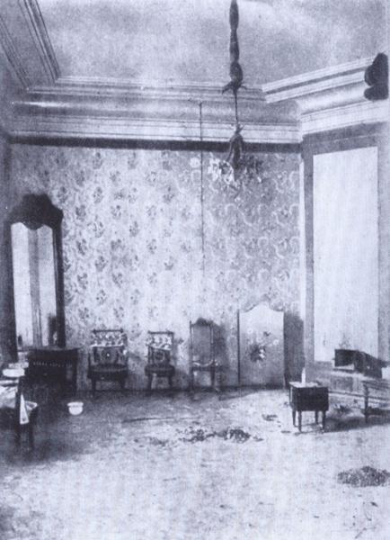 Комната великих княжон в доме Ипатьева после расстрела. Соответствует описанию, приведенному в каталоге выставки: в частности, видна горка пепла на полу.