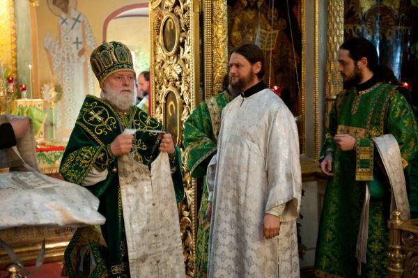Архиепископ Евгений подает облачения новорукоположенному диакону, 4 июня 2012 года