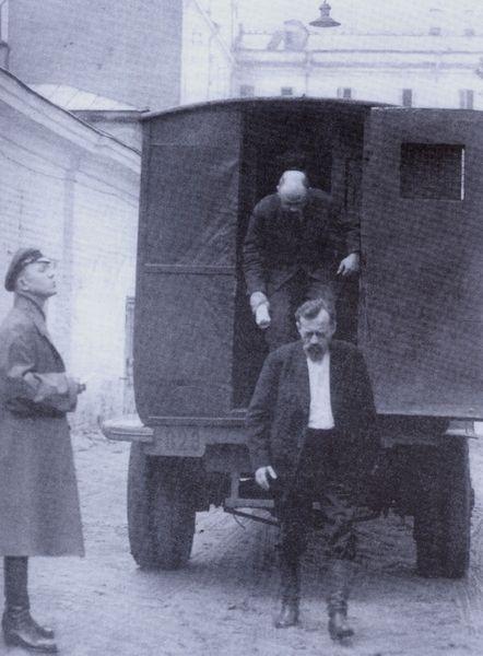 Прием заключенных в тюремном дворе 1930-е гг.
