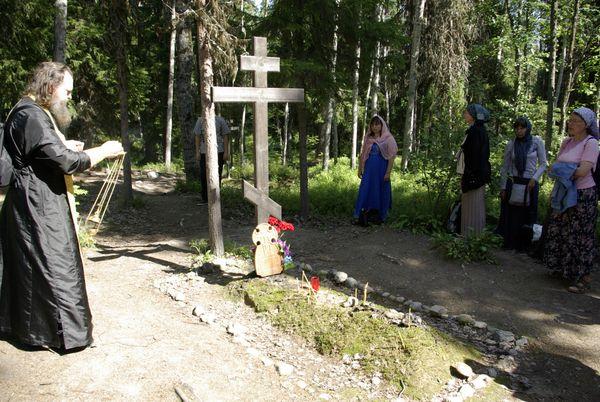 Поминальное богослужение у братских могил соловецких заключенных на Секирной горе, где находился штрафной изолятор.