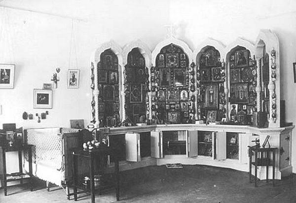 Кроватка Цесаревича и его моленный угол. Фото 1930-х годов