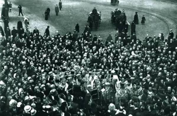 Встреча патриарха Тихона у ворот Александро-Невской Лавры в мае 1918 года