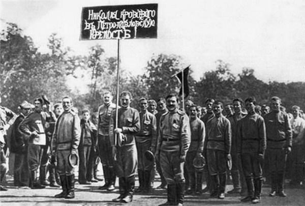 Манифестация солдат, организованная Петросоветом, с требованием заключить арестованного Царя в крепость