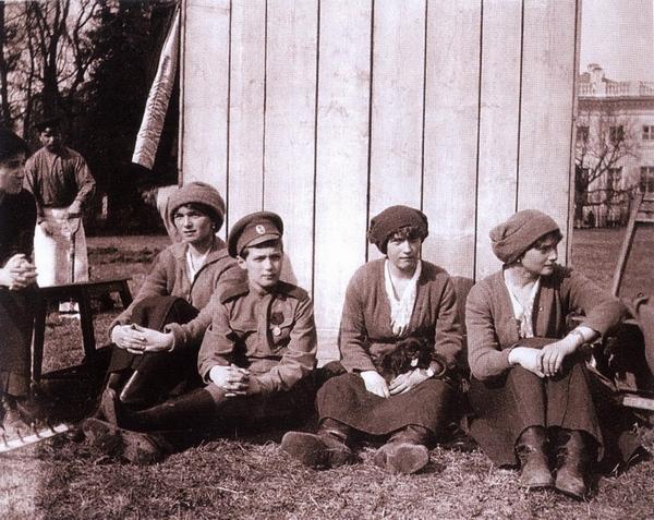 Июнь 1917. После работы в огороде Ольга, Алексей, Анастасия с собачкой Джимом, Татьяна