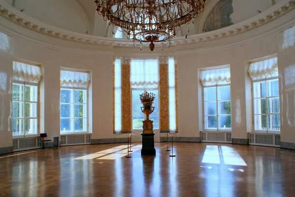 Полукруглая зала Александровского дворца. Современное фото