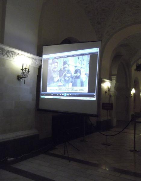 Экран с фильмом в обходной галерее нижнего Храма Христа Спасителя