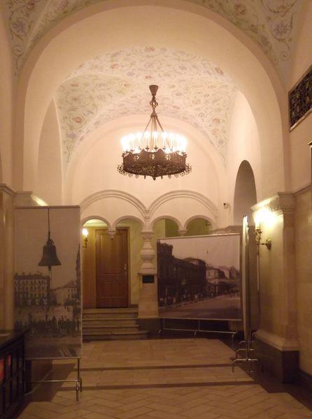 В обходной галерее нижнего Храма Христа Спасителя