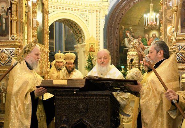 Патриарх читает старинное Евангелие, стоя в Царских вратах. Великая вечерня 7 января 2012 года. Фото www.patriarchia.ru