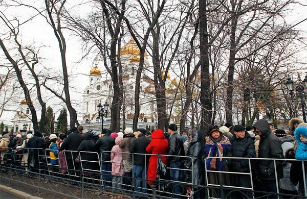 Очередь к Поясу Пресвятой Богородицы перед Храмом Христа Спасителя, ноябрь 2011 года. Фото www.patriarchia.ru