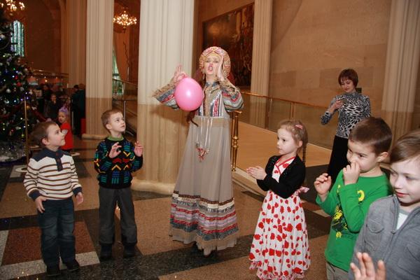 Перед спектаклем в фойе Зала Церковных соборов для детей устроили игры