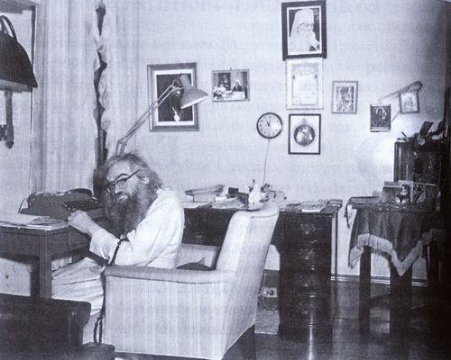 Святитель Иоанн Шанхайский в своем кабинете в приюте